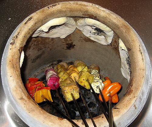 Il forno tradizionale in India, al bordo i naan, i pani tradizionali